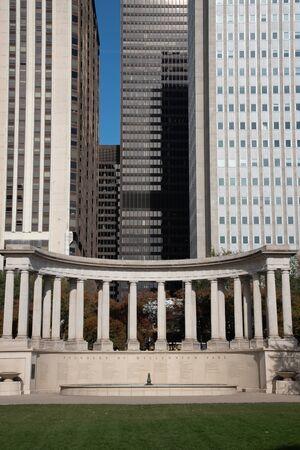 Sculpture of Doric Roman columns in Millennium park in Chicago 免版税图像