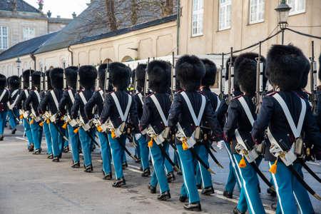 Copenhagen Royal Life Guards marching to Amalienborg Palace 新闻类图片