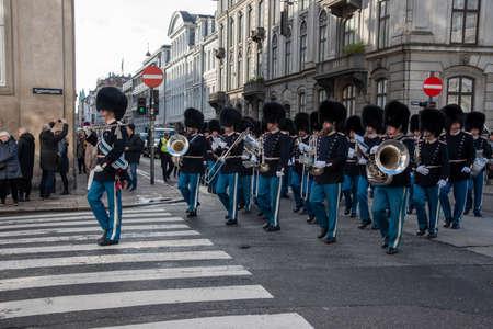 Copenhagen (DK)-February 14th 2020: Copenhagen Royal Life Guards marching to Amalienborg Palace 新闻类图片