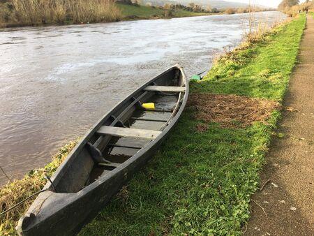 アイルランドの川の一つのサイトで古い木製のボート。