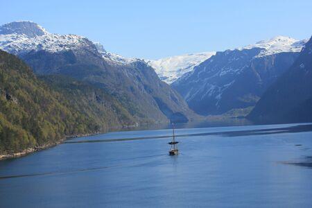 Fjord mit Schiff