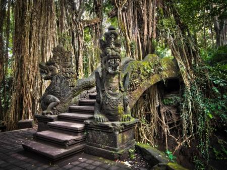 발리, 인도네시아에서 원숭이 숲 보호 구역에서 정교한 다리