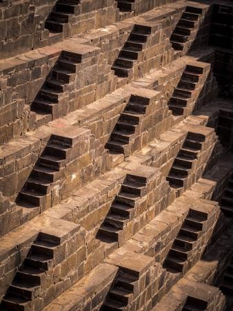 chand: Varias escaleras en la antigua Chand Baori stepwell en el pueblo de Abhaneri en Rajasthan, India Foto de archivo