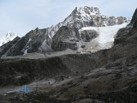 recherche scientifique: Ev-K2-CNR, aussi connu comme la pyramide italien, est un centre de recherche scientifique de haute altitude pr�s de la base de l'Everest au N�pal Banque d'images