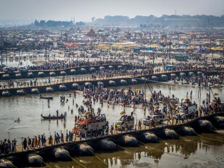 アラハバード, インドで大規模な Kumbh メラ祭ガンジス川に架かるポンツーン ブリッジを渡るヒンズー教の信者の何千も