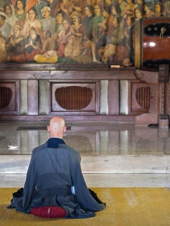 僧侶は、仏教寺院で瞑想に座って 写真素材