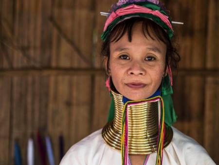 チェンマイ、タイの近くの山岳民族の村の肖像画のポーズ カレン長い首の女性