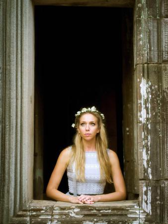 prin: Hermoso, solo Fairytale Princess mirando por la ventana de la torre
