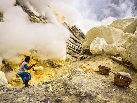 Kawah Ijen 火山のクレーターの内側から硫黄硫黄鉱山労働者 写真素材