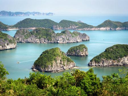 ハロン湾、ベトナムの石灰岩の島 写真素材