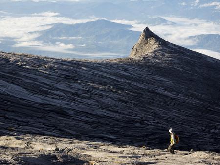 マレーシア ・ サバ州キナバル山の上部に認識できないハイカー