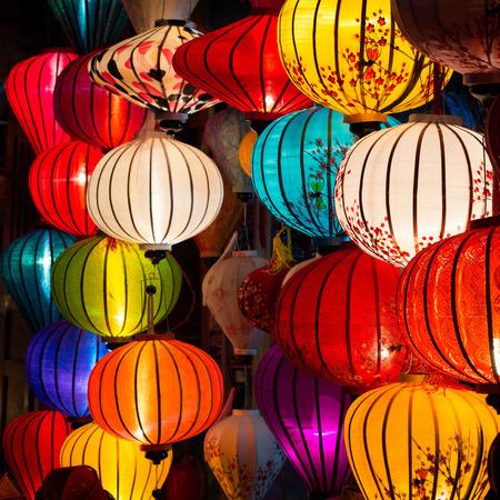 ホイアンの古い町店で伝統的なランプ、ベトナム。 写真素材