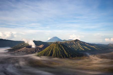 ブロモ火山、中央ジャワ、インドネシアをマウントします。