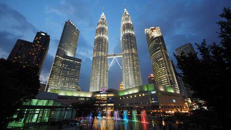 gemelas: Torres Petronas en la noche en Kuala Lumpur, Malasia