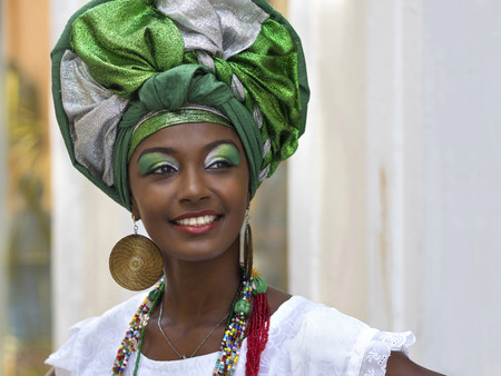 cheerful woman: Mujer brasile�a Vestido con el traje tradicional Baiana en Pelourinho, Salvador, Bah�a, Brasil Foto de archivo