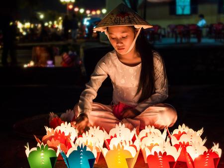 candela: ragazza vietnamita che vende le offerte di candela durante il Capodanno cinese celebrazioni a Hoi An, Vietnam