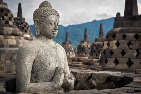 Oude standbeeld van Boedha bij Borobudur tempel in Yogyakarta, Java, Indonesië. Stockfoto