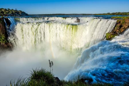 아르헨티나와 브라질의 국경에있는 이과수 폭포 악마의 목구멍, 스톡 콘텐츠