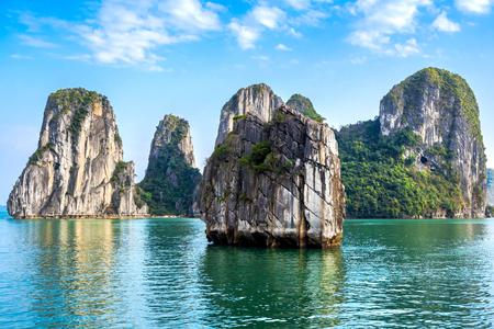 landschap: Kalkstenen eilanden in Halong Bay, Noord-Vietnam