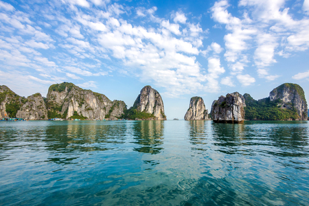 Hermoso paisaje en la bahía de Halong, Vietnam del Norte Foto de archivo - 46573553