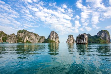Schöne Landschaft in der Halong Bay, Nord-Vietnam Standard-Bild - 46573553