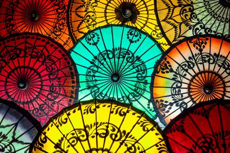Красочные зонтики на традиционной рыночной улице в Баган, Мьянма Бирма Фото со стока