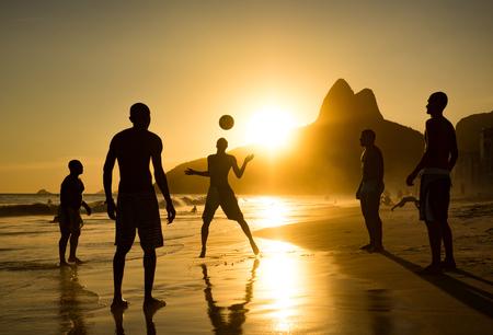 リオ ・ デ ・ ジャネイロ、ブラジル イパネマのサンセット ビーチで地元の人々 再生ボールのシルエット
