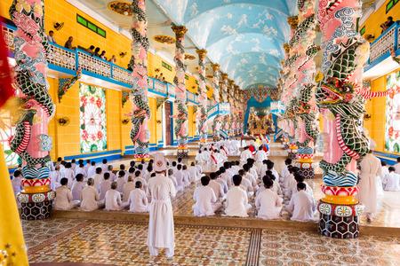 伝統: Cao Dai Ceremony in Tay Ninh, Vietnam 報道画像