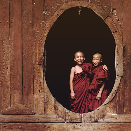 niños riendose: Principiante monjes budistas que sonríe en Shwe Yan Pyay monasterio en Nyaung Shwe pueblo, cerca del lago Inle, Myanmar (Birmania) Editorial
