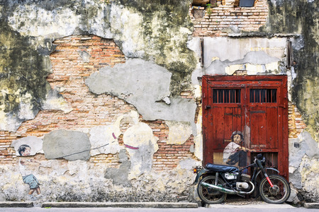 マレーシア、ペナン島、ジョージタウンに自転車アート ウォール街の少年 写真素材 - 55919123