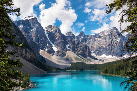 Moraine Lake in Banff National Park, Alberta, Canada Imagens