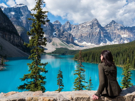 Tourist at Moraine Lake in Banff National Park, Alberta, Canada Фото со стока - 115812706