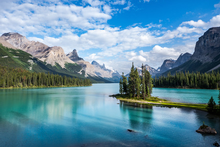Spirit Island en el lago Maligne al atardecer, el Parque Nacional de Jasper, Alberta, Canadá Foto de archivo