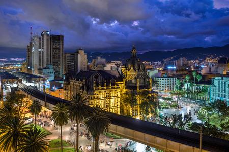 Medellin, Kolumbien, Plaza Botero Square in der Abenddämmerung?