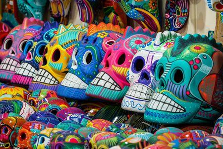 Decorado coloridos cráneos en el mercado de la calle, San Miguel de Allende, México, Día de Muertos, también conocido como Dia de los Muertos Concept Editorial
