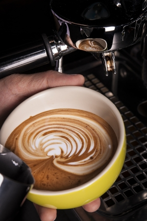 capacino: Barista pouring latte art