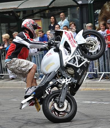 Breda, Nederland, 15 augustus 2010, HARLEYDAG, Stunt renner rijdt op achterzijde op de HARLEYDAG in Breda (2010)