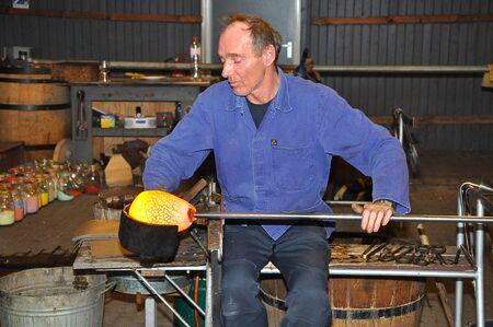 Leerdam, Nederland - 10 December, 2010 - Master glas blower is het creëren van een vaas Stockfoto - 8728420