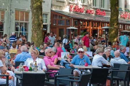 Breda, Nord-Brabant, Niederlande, 4 Juni 2011, Jazzfestval 2011, ein Getränk auf der Terrasse des dem Grote Markt
