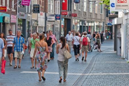 Breda, Nord-Brabant, Niederlande, 4 Juni 2011, einige Käufer in die jemals begrüßen niederländischen Stadt Breda an einem sonnigen Samstag Nachmittag