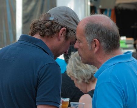 Breda, Noord-Brabant, Nederland, 4 juni 2011, Jazzfestval 2011, twee fluisterende mannen Redactioneel