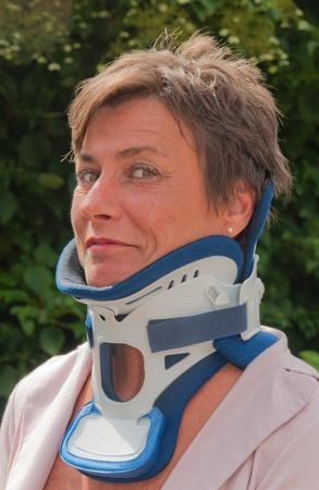disciplines: Breda, Noord-Brabant, Nederland, 17 juli 2011, vrouw met een harde nek kraag tegen een wazig groene achtergrond Redactioneel