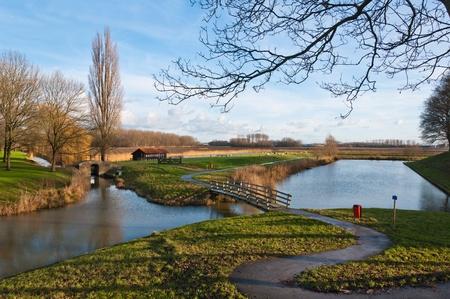 Nederlandse platteland in de buurt van het dorp Klundert (gemeente Moerdijk, Noord-Brabant) aan het begin van de winter.