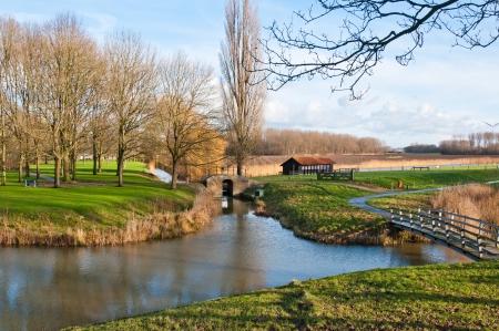 Malerische Landschaft in der Nähe des Dorfes Klundert (Gemeinde Moerdijk, Nord-Brabant, Niederlande) zu Beginn des Winters.
