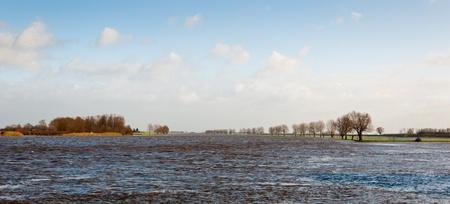 Aufgrund der regen und Schnee in anderen Teilen Europas der Wasserstand im niederländischen Flüssen ist sehr hoch. Dies ist die Bergsche Maas nahe der Ortschaft Keizersveer. Lizenzfreie Bilder