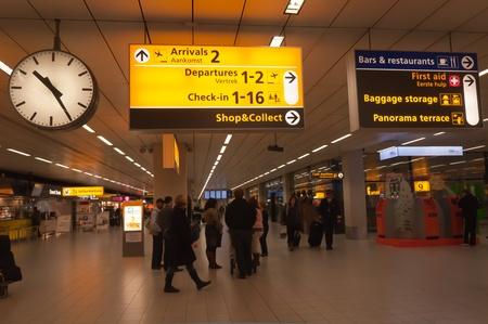 Schiphol, Nord-Holland, Niederlande - 21. Januar 2012 - Abfahrt und Ankunft Halle im niederländischen Flughafen Schiphol in der Nähe der Stadt Amsterdam.