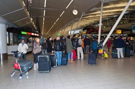 Schiphol, Nord-Holland, Niederlande - 21. Januar 2012 - Abfahrt Halle im niederländischen Flughafen Schiphol in der Nähe der Stadt Amsterdam.