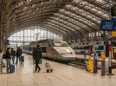 Rijsel, Nord-Pas-de-Calais, Frankrijk - 14 april 2011 - Treinen en reizigers op het station Gare de Lille-Flandres in Rijsel, Frankrijk op 14 april 2012. Redactioneel