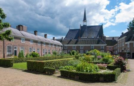 Kleurrijke en gevarieerde tuin van het historische Begijnhof in de Nederlandse stad Breda. Redactioneel