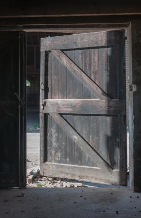 La vecchia porta di legno del fienile abbandonato è aperta Archivio Fotografico - 15191650